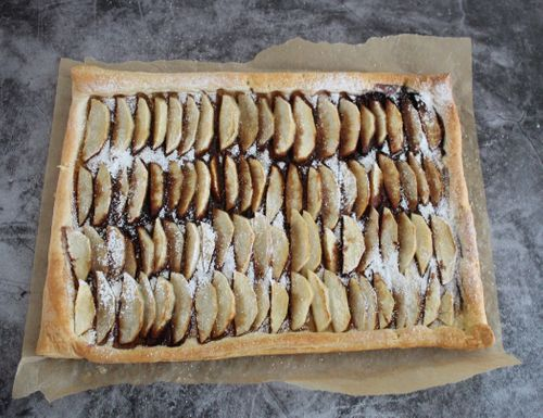 Apple and carob syrup tart